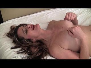 Sexy yanks milf tirrza thompson plays with her nipples